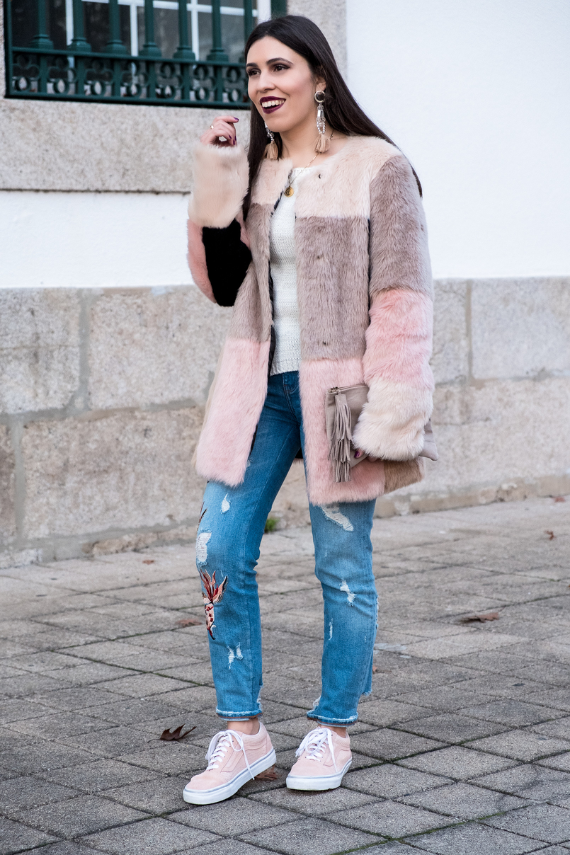 Le Fashionaire Best thing about winter: faux fur coats maxi faux fur pale pink black grey asos coat pale pink gold dots suede vans nude leather sfera clutch 3286 EN 805x1208