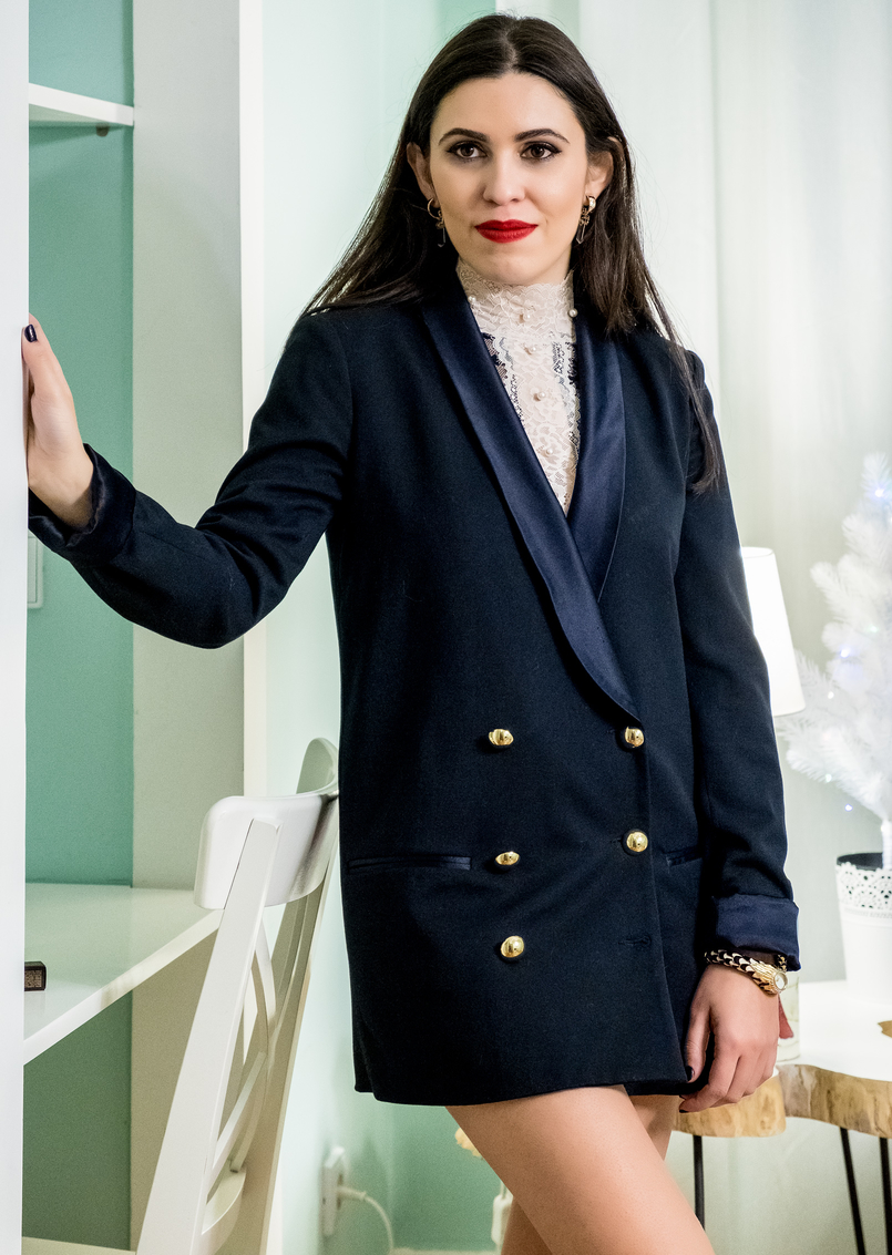 Le Fashionaire Last minute Christmas gifts for her: makeup nude black pearls delicate intimissimi lace black gold buttons oversized zara blazer 4880 EN 805x1133