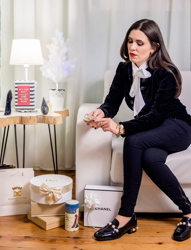 Le Fashionaire Christmas gifts ideas: the best 4 perfumes for her perfume red lips black trousers zara vinyl black white pearls shein monk shoes snake roberto cavalli watch 5038 EN 805x1050
