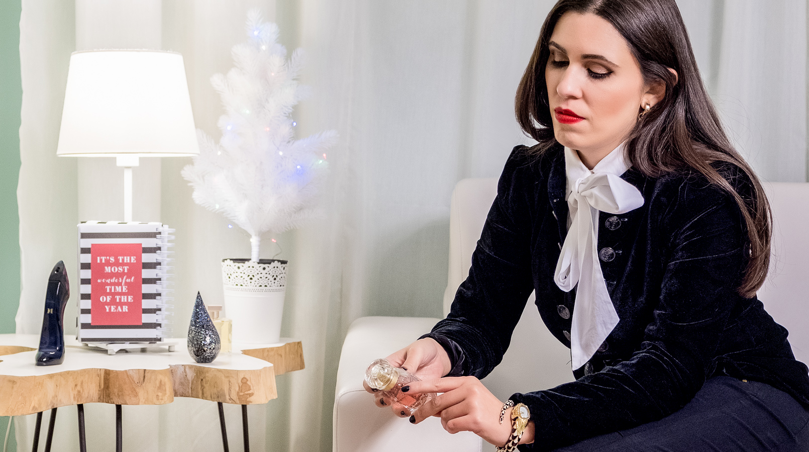 Le Fashionaire Christmas gifts ideas: the best 4 perfumes for her perfume red lips white big bow neck globe cotton shirt snake roberto cavalli watch good girl carolina herrera heel midnight rain la prairie perfume 5038F EN