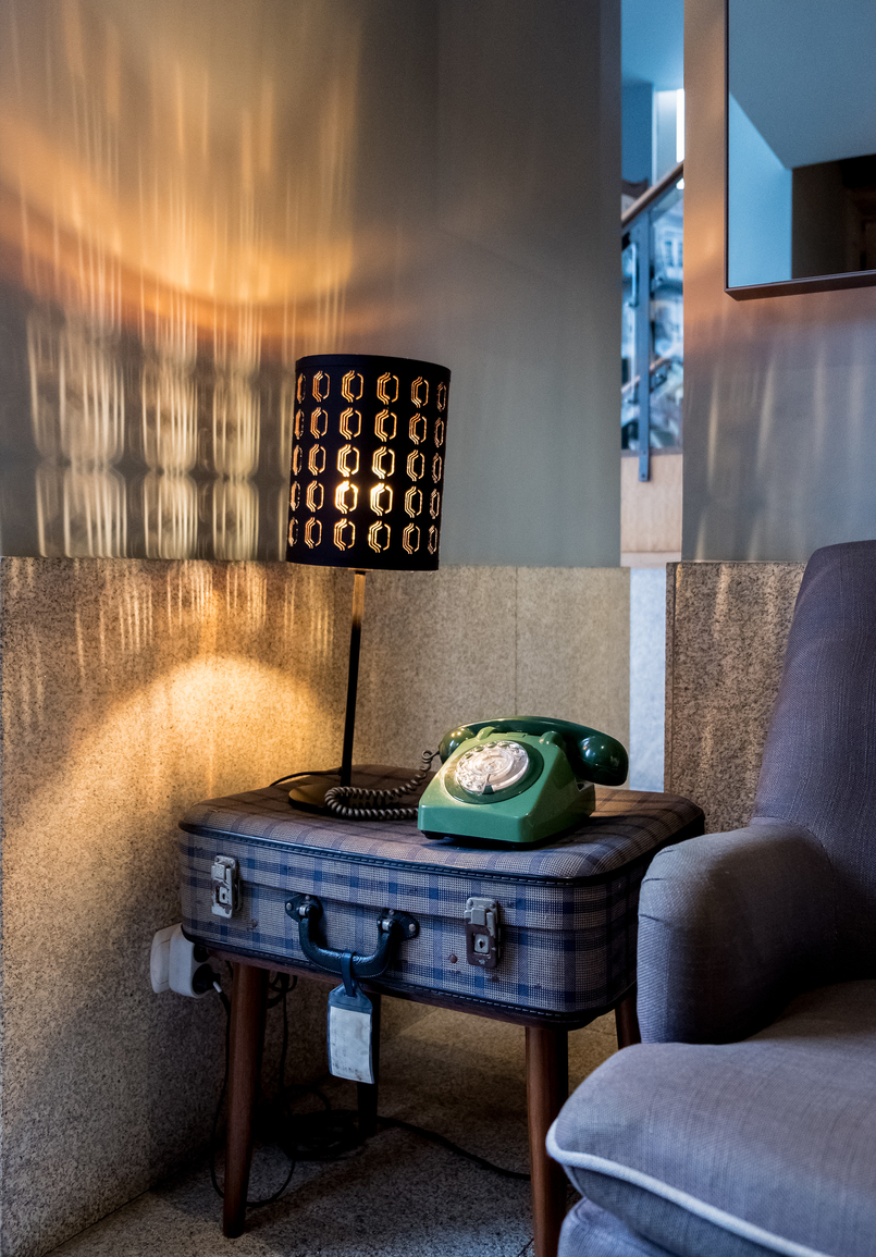 Le Fashionaire Hotel Pestana Vintage: Charme na zona ribeirinha do Porto pestana vintage hotel ribeira old green telephone travel suitcase 5810 PT 805x1155