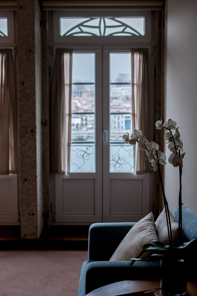 Le Fashionaire Hotel Pestana Vintage: Charme na zona ribeirinha do Porto pestana vintage hotel ribeira white high window white orchids 5818 PT 805x1208