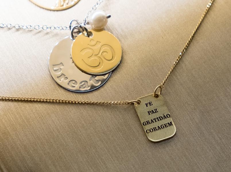 Le Fashionaire Eugénio Campos: as jóias que contam histórias placa fe paz gratidao coragem eugenio campos joias loja 3962 PT 805x598