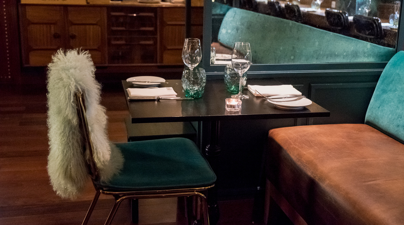 Le Fashionaire Where to have dinner on New Year's Eve rib beef wine pestana vintage hotel green chair mint blanket 5620F EN 805x450