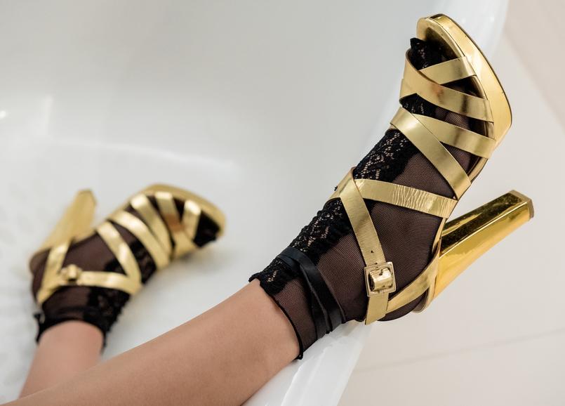 Le Fashionaire De 2017 com amor sandalias altas douradas zara meias pretas rendas calzedonia 3423 PT 805x578