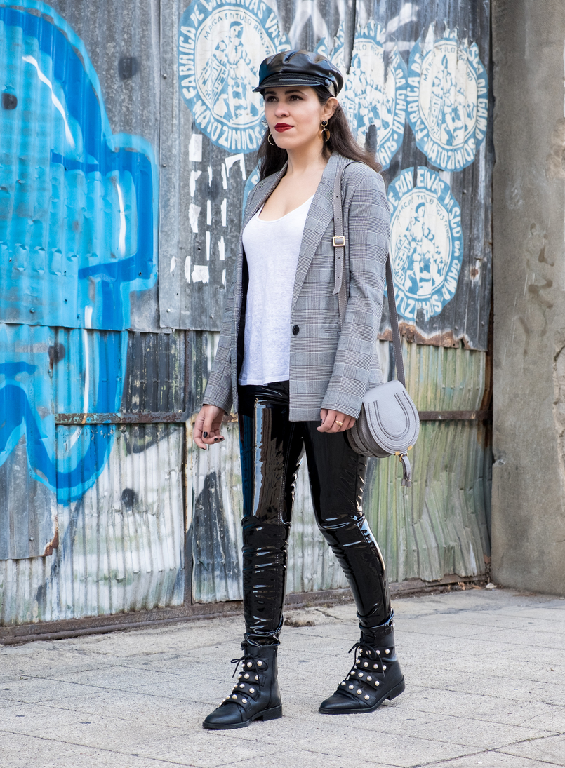 Le Fashionaire Vinyl trousers: yay or nay? vinil mango black trousers linen white zara tank top white black check bershka blazer fake leather black zara hat black leather white pearls zara boots 0336 EN 805x1095