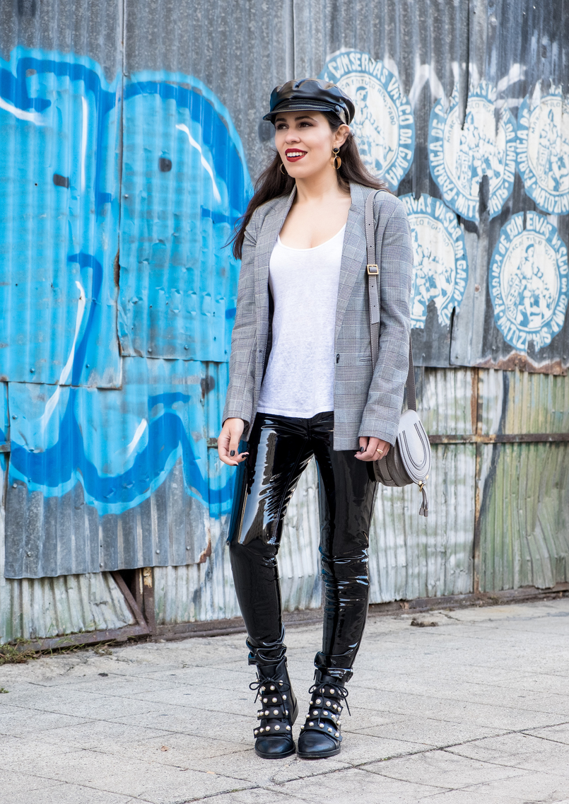 Le Fashionaire Vinyl trousers: yay or nay? vinil mango black trousers white black check bershka blazer fake leather black zara hat black leather white pearls zara boots 0343 EN 805x1137