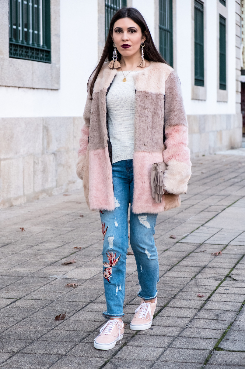 Le Fashionaire Best thing about winter: faux fur coats white wool local store knit maxi tassels pvc pale pink hm earrings gold silver world map cinco necklace 3294 EN 805x1208