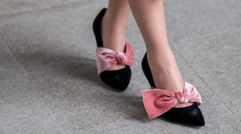 Le Fashionaire The 10€ shoes that make any outfit stand out black velvet pale pink big bow stradivarius heels 8324F EN 805x450