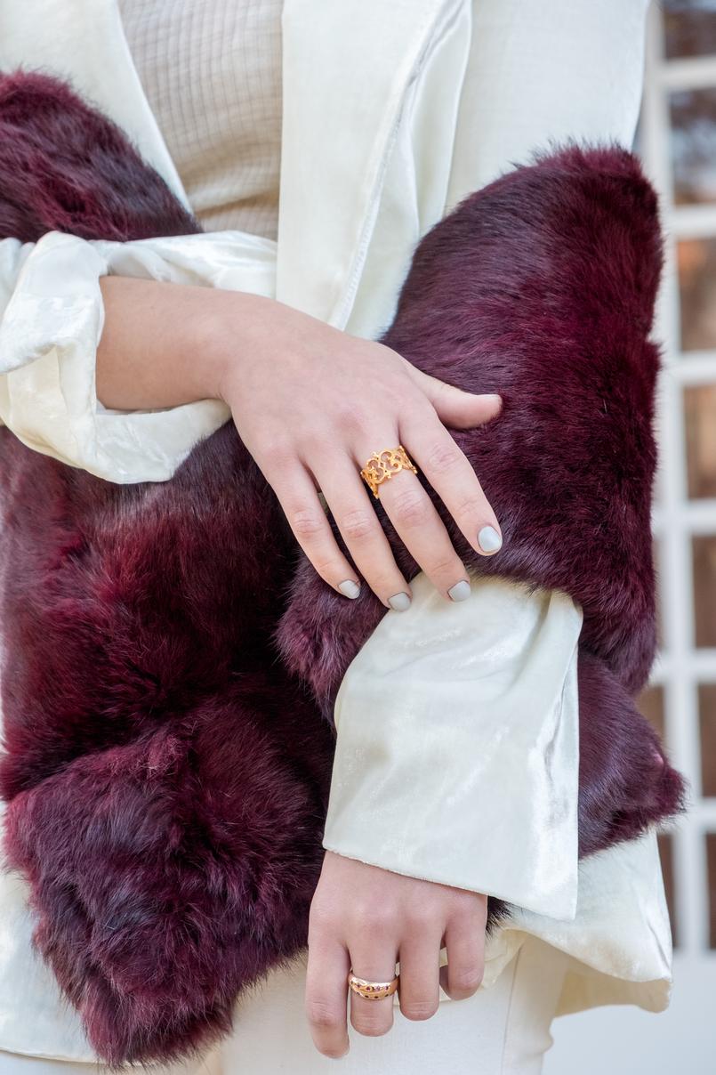 Le Fashionaire Duas peças para vestir em Janeiro blazer branco oversized veludo mango premium anel dourado evangelos jewellery estola cor vinho sfera 7257 PT 805x1208