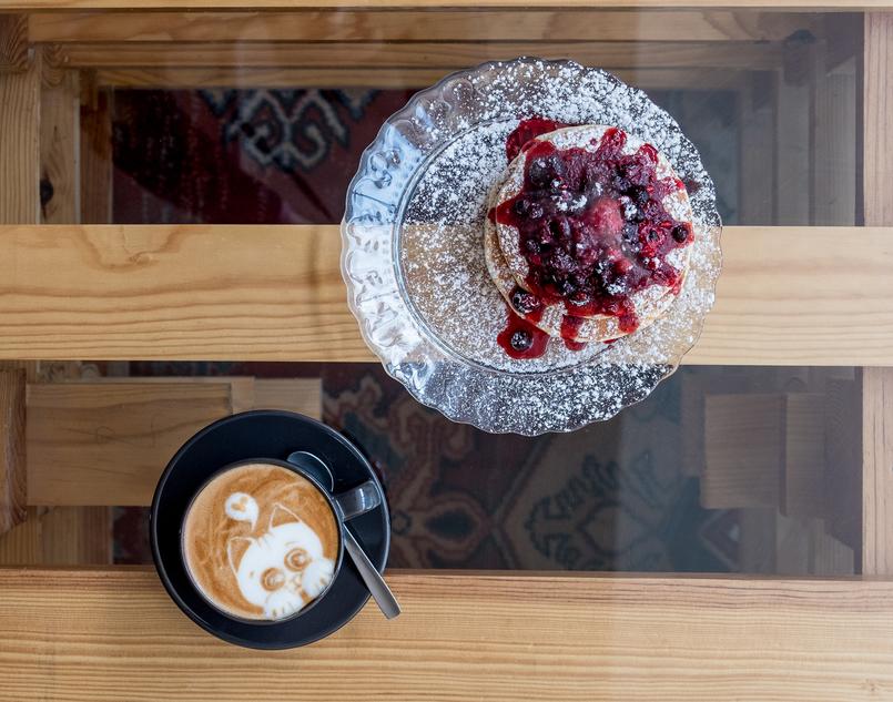 Le Fashionaire Cafés giros no Porto:  Apartamento cafe apartamento porto cappuccino desenho gatinho panquecas frutos vermelhos 7616 PT 805x633