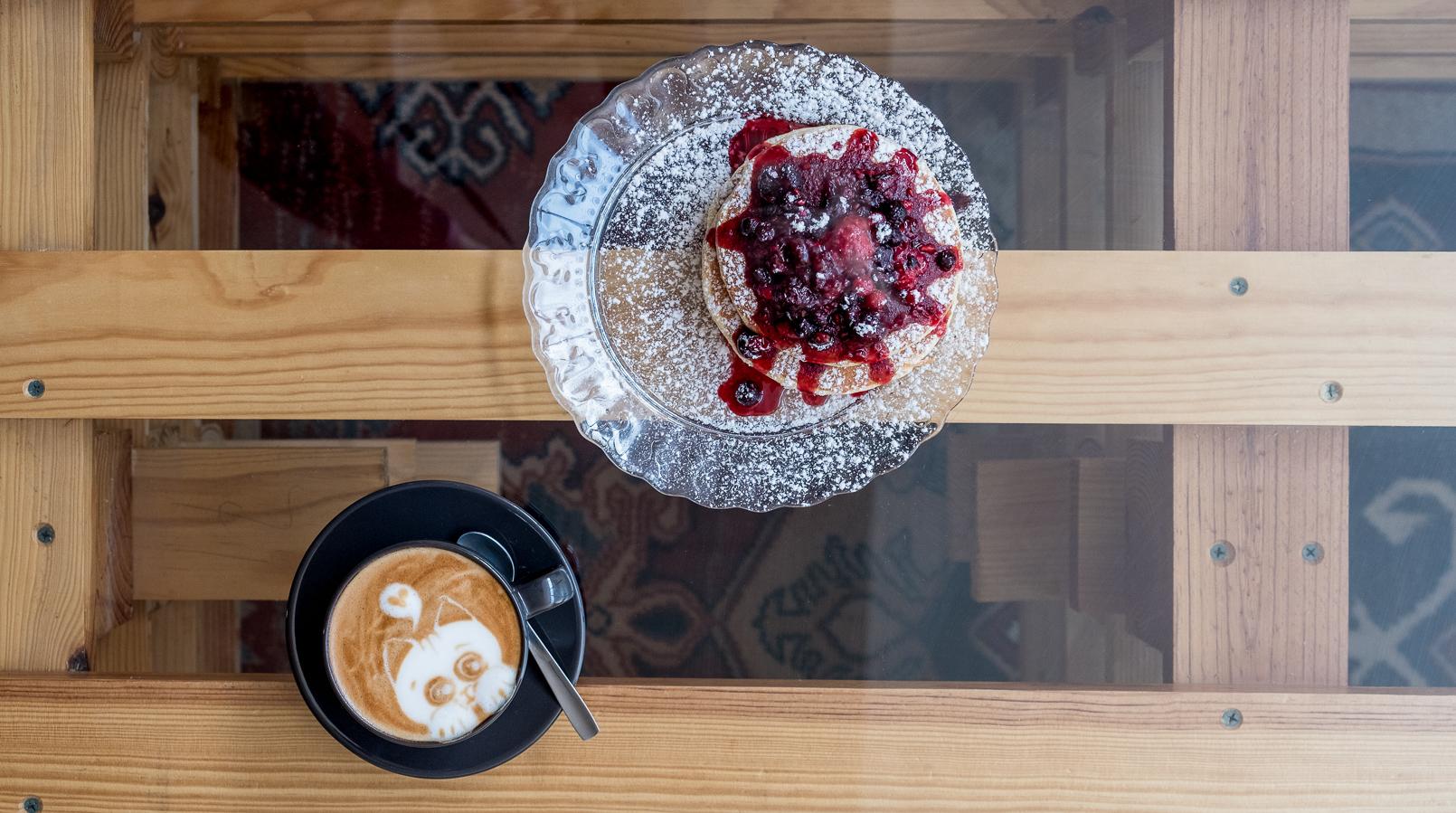 Le Fashionaire Cafés giros no Porto:  Apartamento cafe apartamento porto cappuccino desenho gatinho panquecas frutos vermelhos 7616F PT