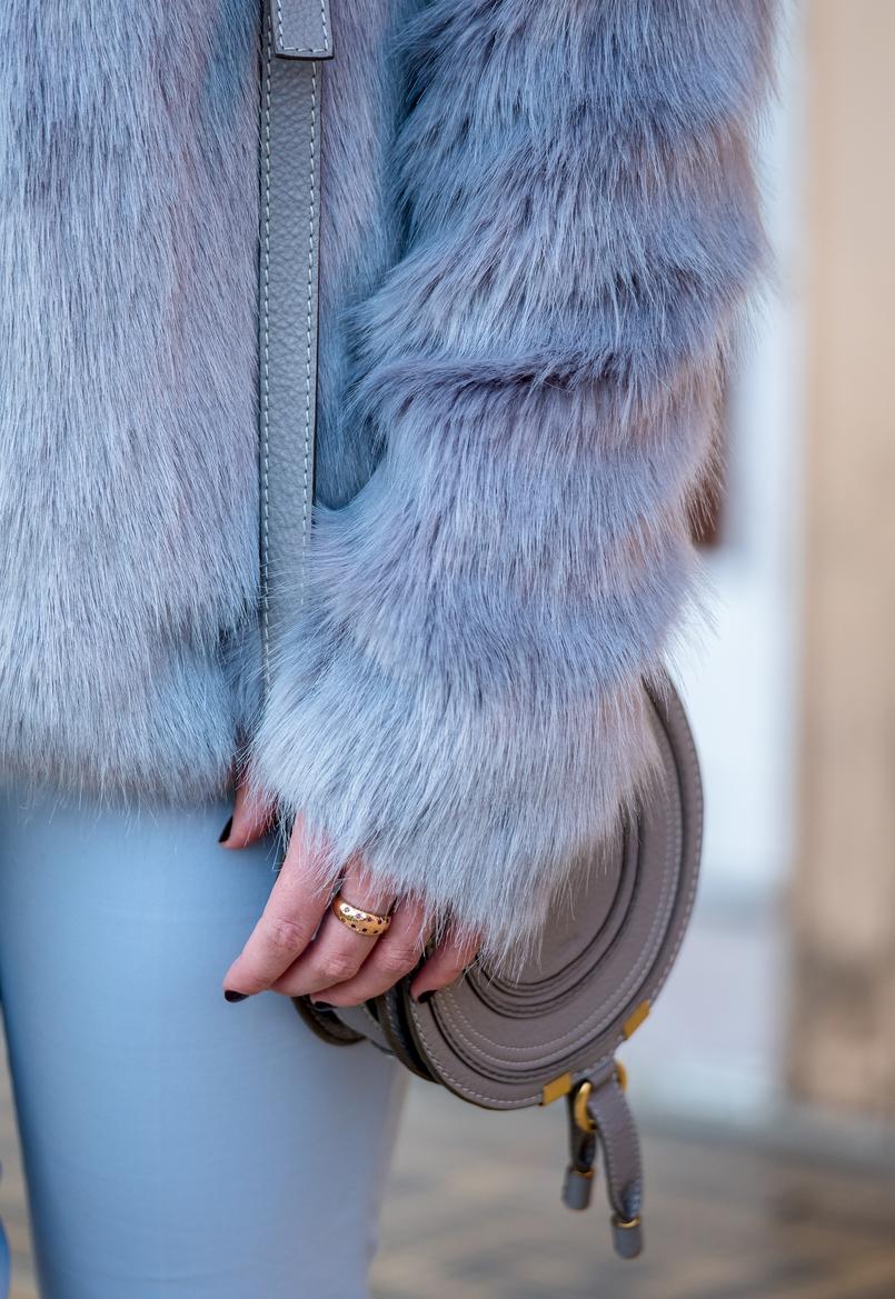 Le Fashionaire O que podemos aprender com o vídeo da Lovely Pepa calcas azul ceu zara casaco pelos azul ceu bershka 8768 PT 805x1169