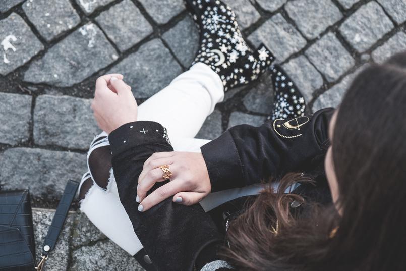 Le Fashionaire O casaco mais giro dos saldos calcas skinny brancas mango botins camurca pretos bordados lua dourado mango anel dourado evangelos jewelry 7344 PT 805x537