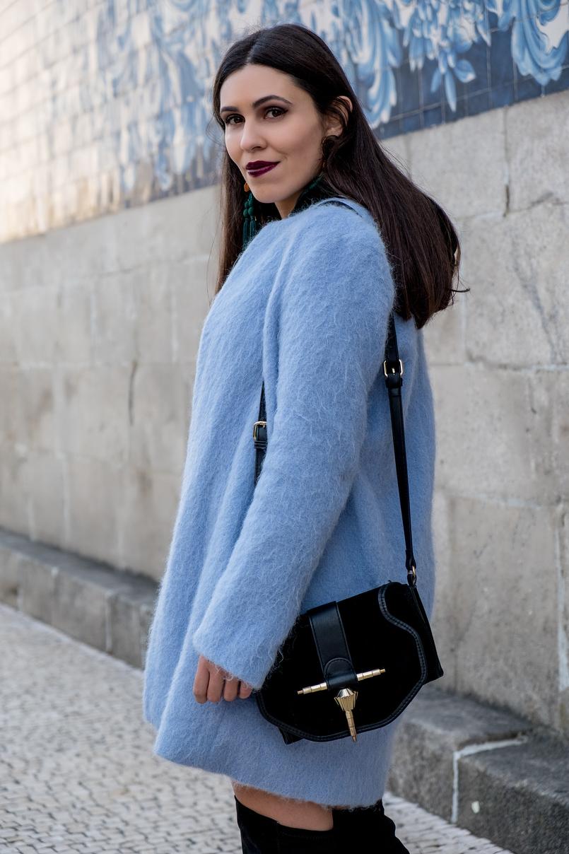 Le Fashionaire Como aceitar o que não podemos mudar casaco azul ceu oversized zara brincos franjas zara mala preta minimalista detalhes dourados 3199 PT 805x1208