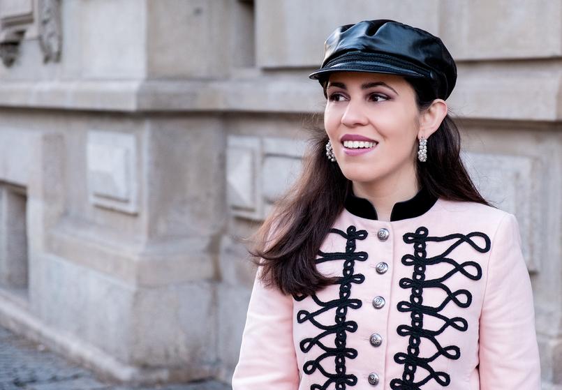 Le Fashionaire A internet é a nova caça às bruxas? casaco rosa alamares pretos militar bordado zara argolas perolas brancas pedra dura 7527 PT 805x559