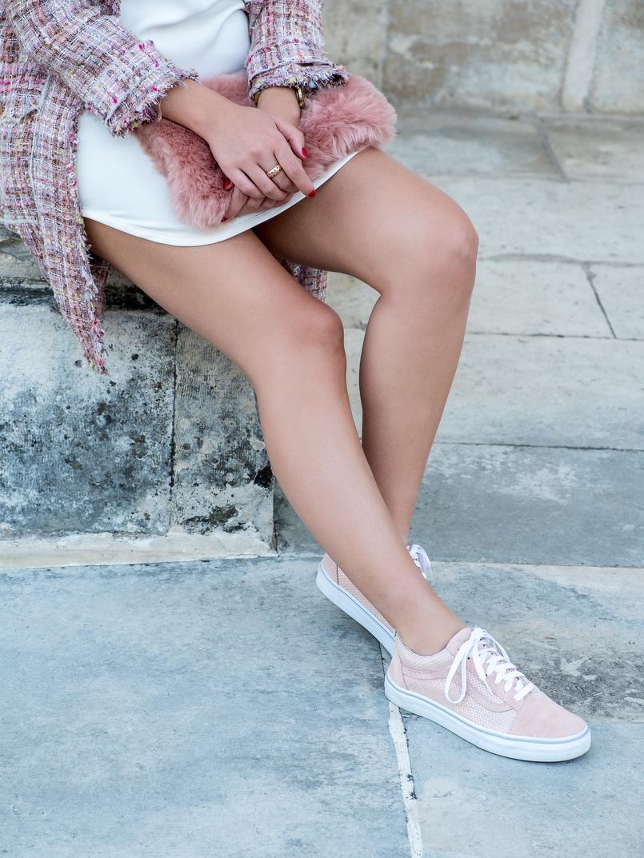Le Fashionaire A magia dos saldos acontece nas lojas físicas casaco tweed rosa botoes dourados vestido branco zara tenis rosa bebe bolinhas douradas vans clutch rosa pelo stradivarius 0847 PT 805x1073