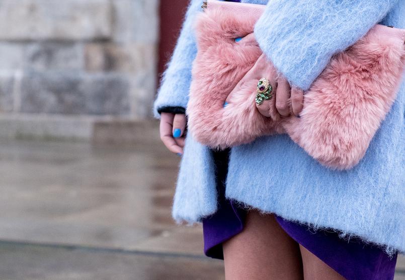 Le Fashionaire Tendência para a primavera: roxo clutch pelo rosa stradivarius anel serpente verde pedra roxa roberto cavalli casaco azul ceu oversized zara 7730 PT 805x557