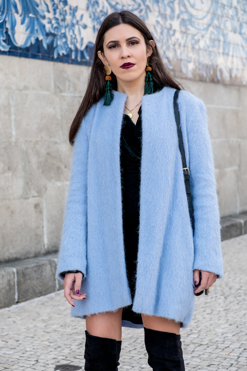 Le Fashionaire How to accept what you cant change dark green velvet zara dress oversized blue sky zara coat gold world map ginger cinco necklace tassels bold earrings zara 3174 EN 805x1208