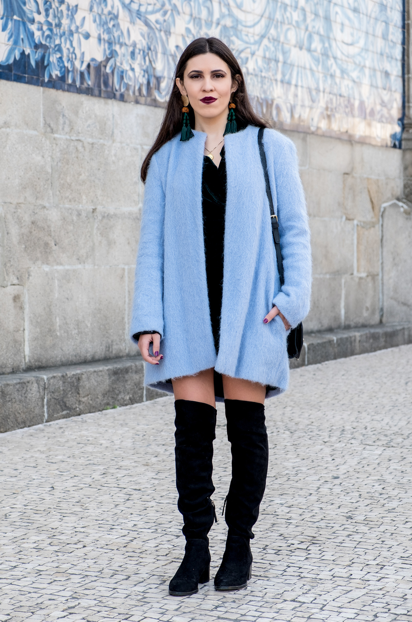 Le Fashionaire How to accept what you cant change dark green velvet zara dress oversized blue sky zara coat over knee black stradivarius boots tassels bold earrings zara 3165 EN 805x1216