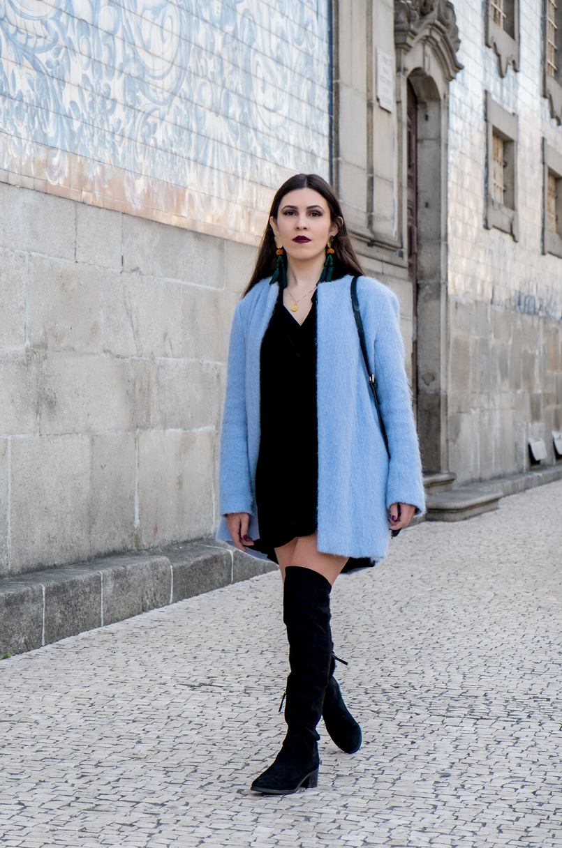 Le Fashionaire How to accept what you cant change dark green velvet zara dress oversized blue sky zara coat over knee black stradivarius boots tassels bold earrings zara 3216 EN1 805x1216