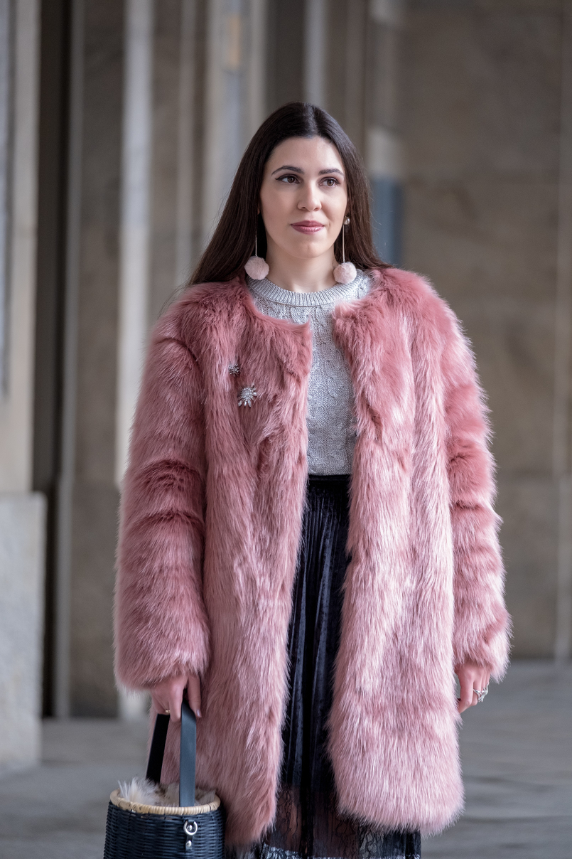 Le Fashionaire The 10€ shoes that make any outfit stand out faux fur pale pink coat crystal brooch mango cable knit silver metallic mango sweater pale pink pom pom mango earrings straw faux fur black zara bag 8258 EN 805x1208