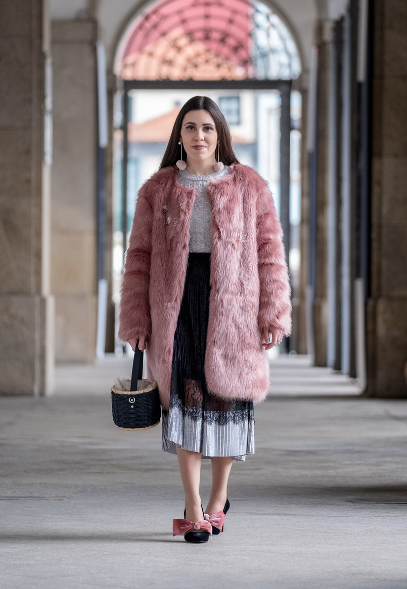 Le Fashionaire The 10€ shoes that make any outfit stand out faux fur pale pink coat crystal brooch mango pleated midi black velvet silver lace zara skirt black velvet pale pink big bow stradivarius heels 8254 EN 805x1166
