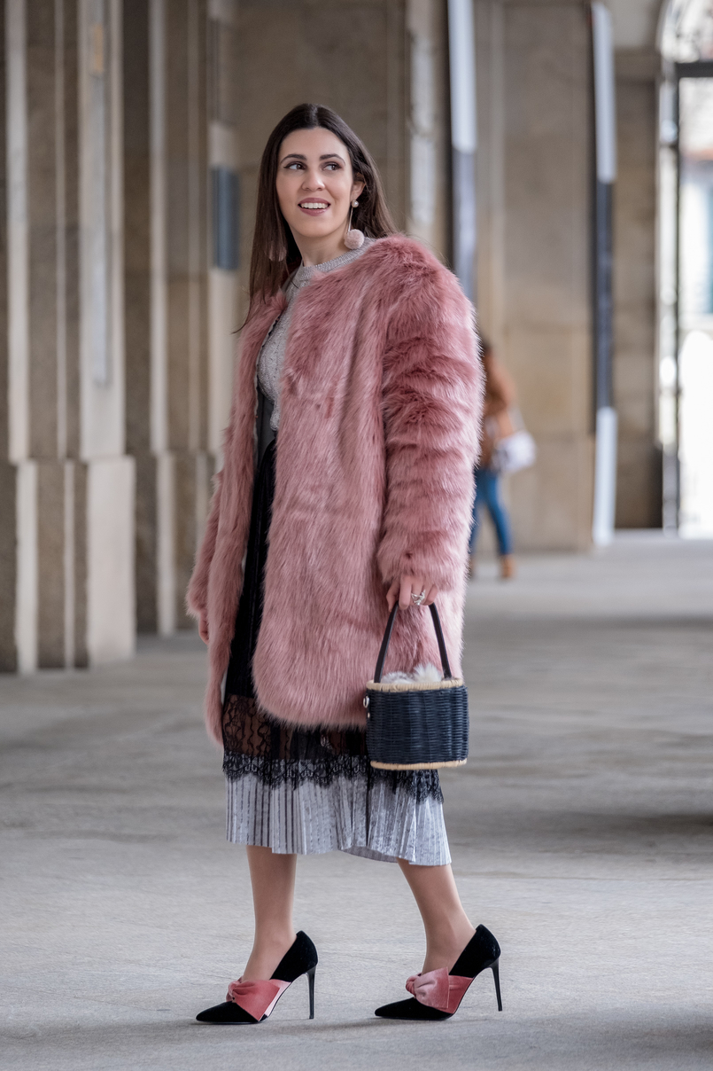 Le Fashionaire The 10€ shoes that make any outfit stand out faux fur pale pink coat crystal brooch mango pleated midi black velvet silver lace zara skirt black velvet pale pink big bow stradivarius heels 8279 EN 805x1208