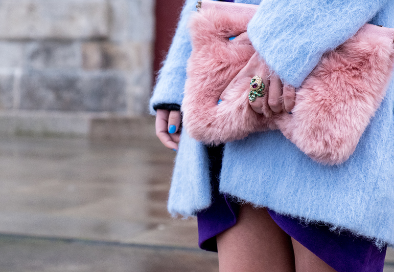 Le Fashionaire Spring trend: Ultraviolet faux fur pale pink stradivarius clutch green snake purple stone roberto cavalli ring sky blue oversized zara coat 7730 EN 805x557