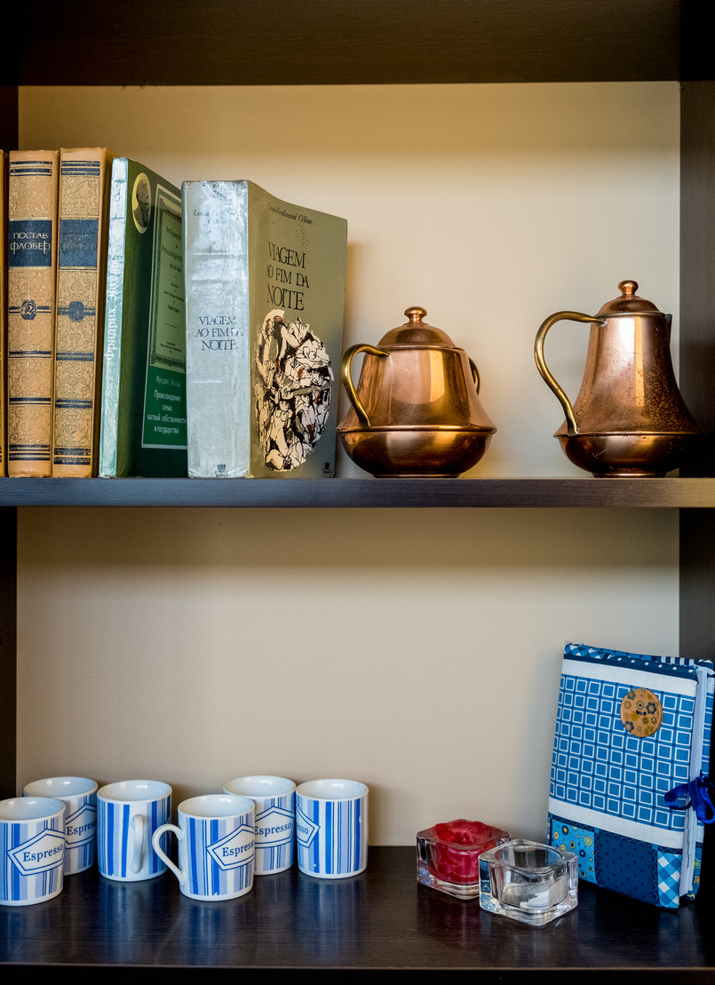 Le Fashionaire Cafés giros no Porto:  Apartamento livros cafe apartamento porto decoracao vintage 7573 PT 805x1109