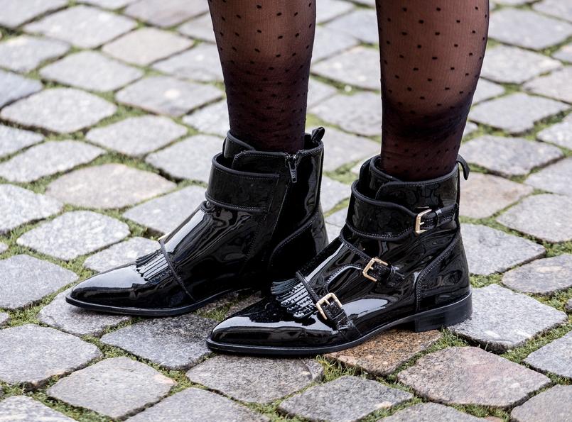 Le Fashionaire Encontrei as botas mais bonitas para enfrentar a chuva (e não só!) meias collants pretas bolinhas calzedonia botas pele bicudas verniz vinil massimo dutti 8520 PT 805x595
