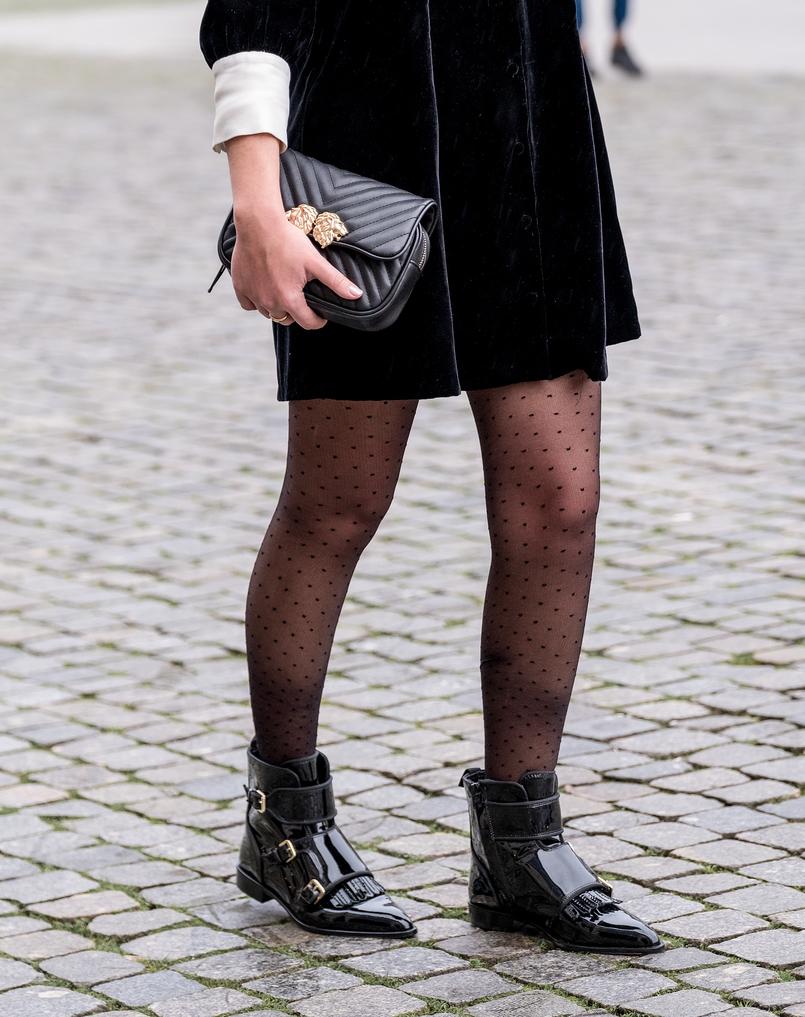 Le Fashionaire Encontrei as botas mais bonitas para enfrentar a chuva (e não só!) meias collants pretas bolinhas calzedonia botas pele bicudas verniz vinil massimo dutti Carteira preta leoes dourados zara 8390 PT 805x1017