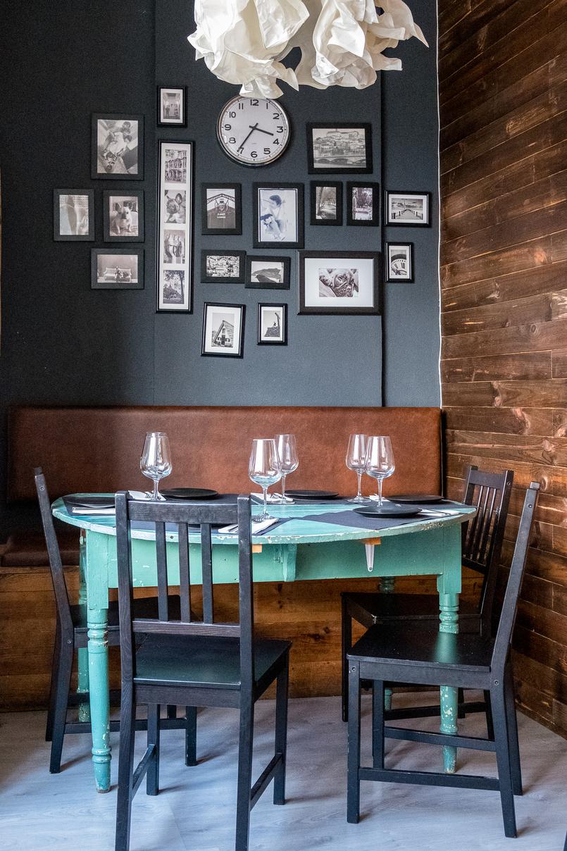 Le Fashionaire La Vara: A hamburgueria mais cool de Coimbra mesa redonda verde copos cadeiras relogio quadros la vara handmade burgers portuguese wines restaurante 7991 PT 805x1208