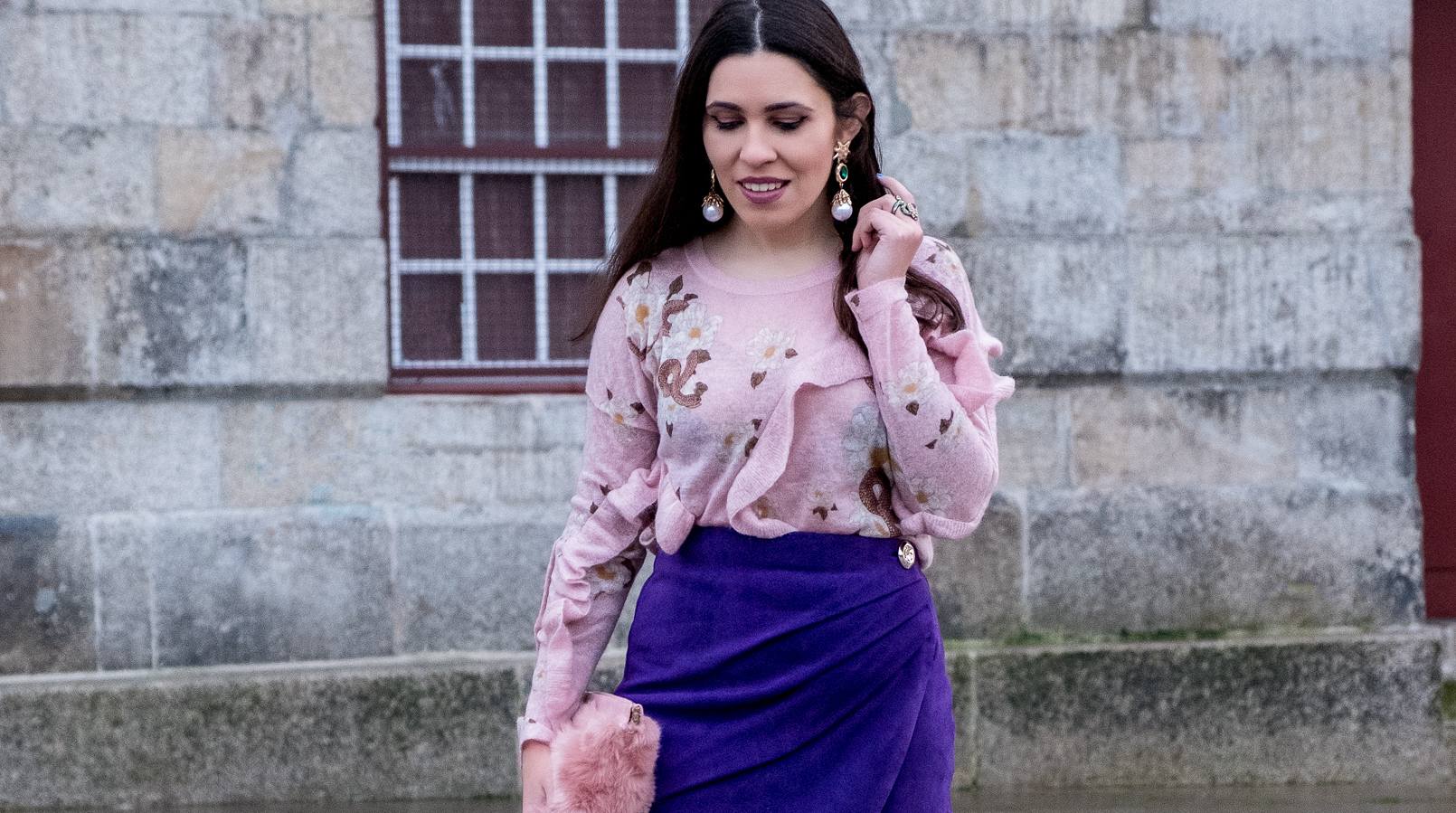 Le Fashionaire Spring trend: Ultraviolet pale pink snake mohair uterque jumper ruffles gold bold pearl green stone mango earrings faux fur pale pink stradivarius clutch 7744F EN