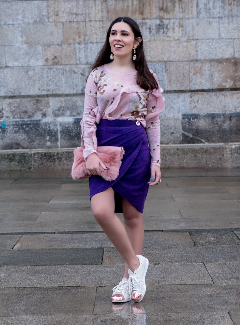 Le Fashionaire Spring trend: Ultraviolet pale pink snake mohair uterque jumper ruffles purple suede uterque wrap skirt gold button adidas white suede metallic pointed gold sneakers 7740 EN 805x1092