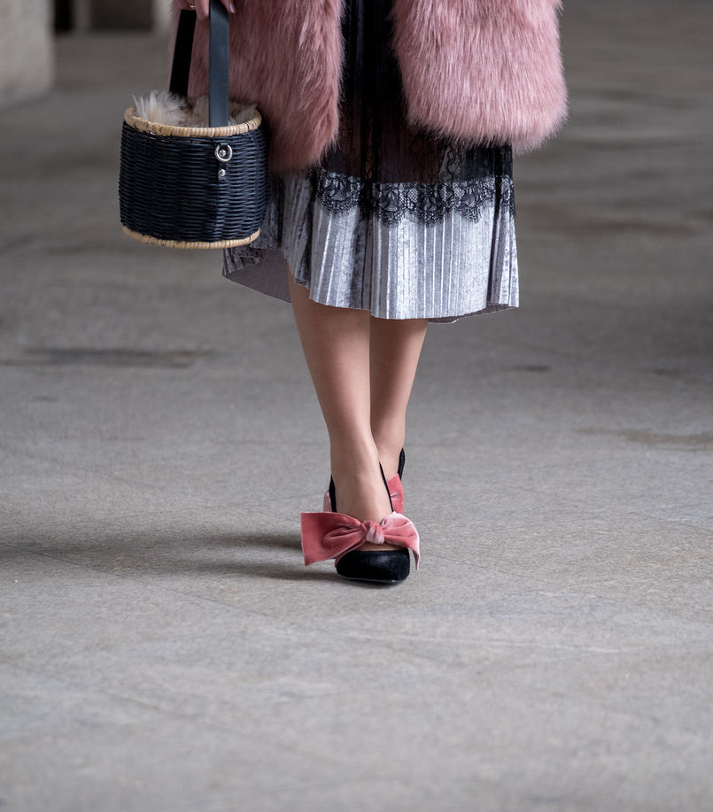 Le Fashionaire The 10€ shoes that make any outfit stand out pleated midi black velvet silver lace zara skirt black velvet pale pink big bow stradivarius heels straw faux fur black zara bag 8259 EN 805x917
