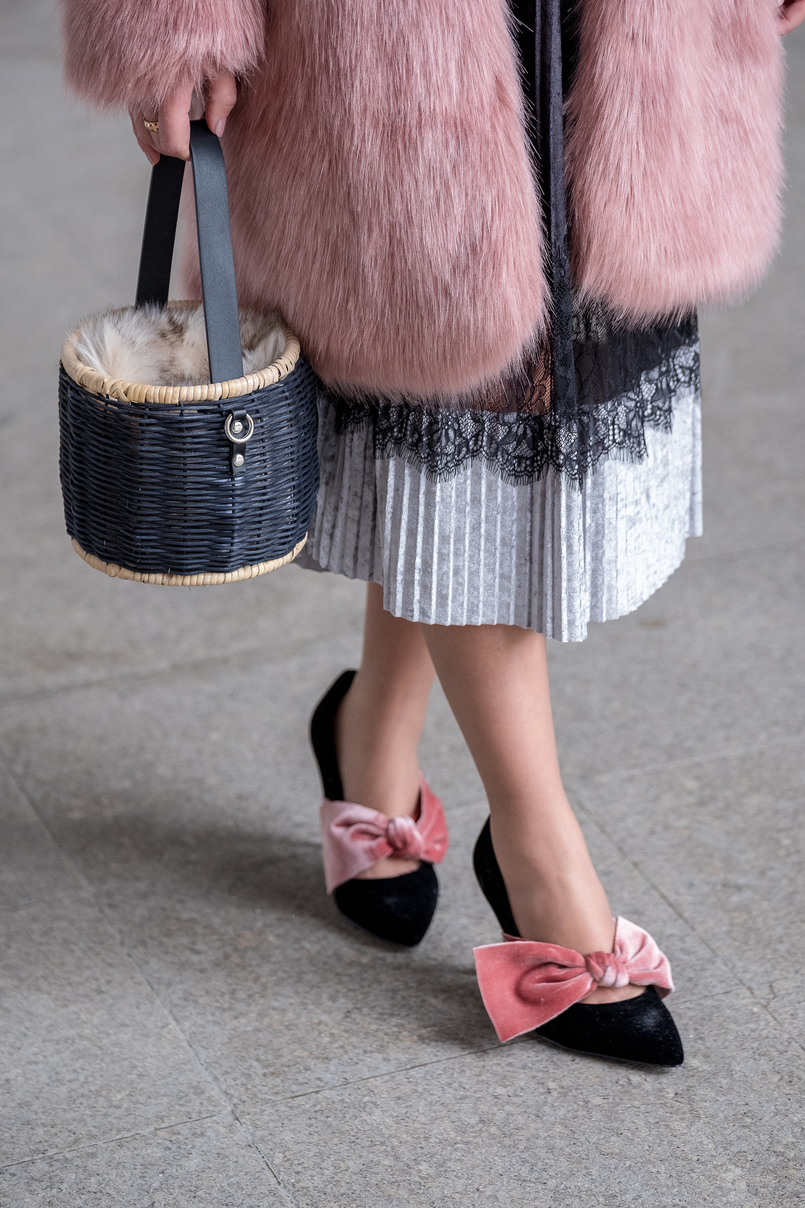 Le Fashionaire The 10€ shoes that make any outfit stand out pleated midi black velvet silver lace zara skirt black velvet pale pink big bow stradivarius heels straw faux fur black zara bag 8324 EN 805x1208
