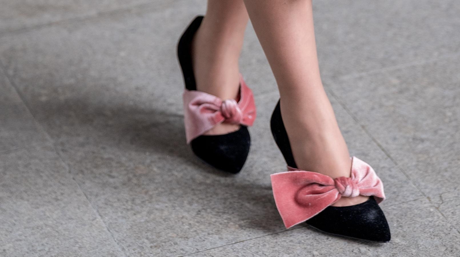 Le Fashionaire Os sapatos de 10€ que deixam qualquer look mais bonito sapatos pretos laco rosa veludo stradivarius 8324F PT