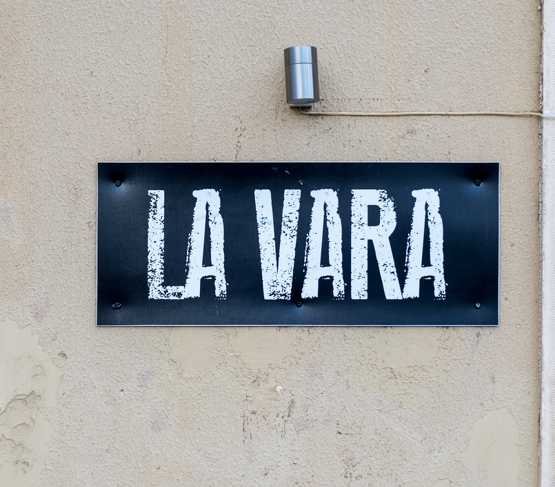 Le Fashionaire La Vara: the coolest burger restaurant in Coimbra sign la vara handmade burgers portuguese wines restaurant 8005 EN 805x706