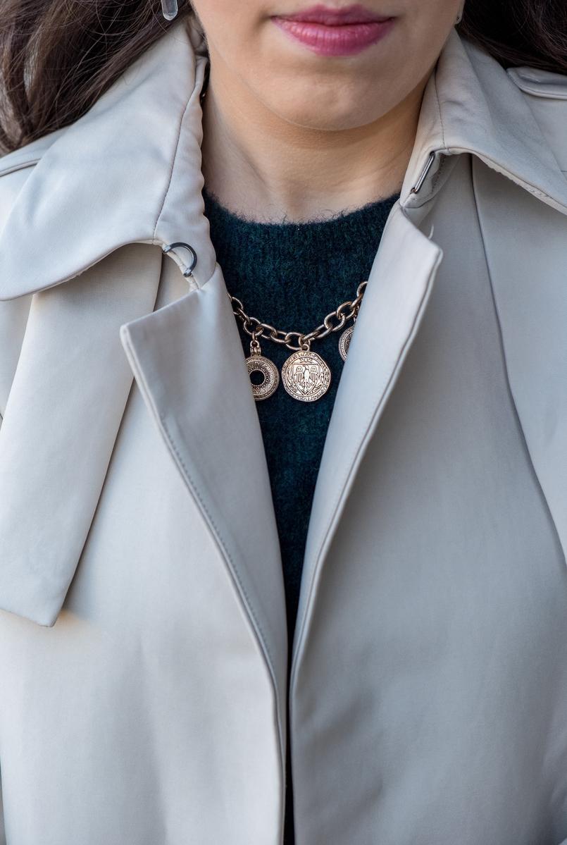 Le Fashionaire Onde comprar o trench coat perfeito? trench coat bege pele mango outlet gabardine camisola mohair verde escuro hm colar dourado medalhas moedas zara 7197 PT 805x1199