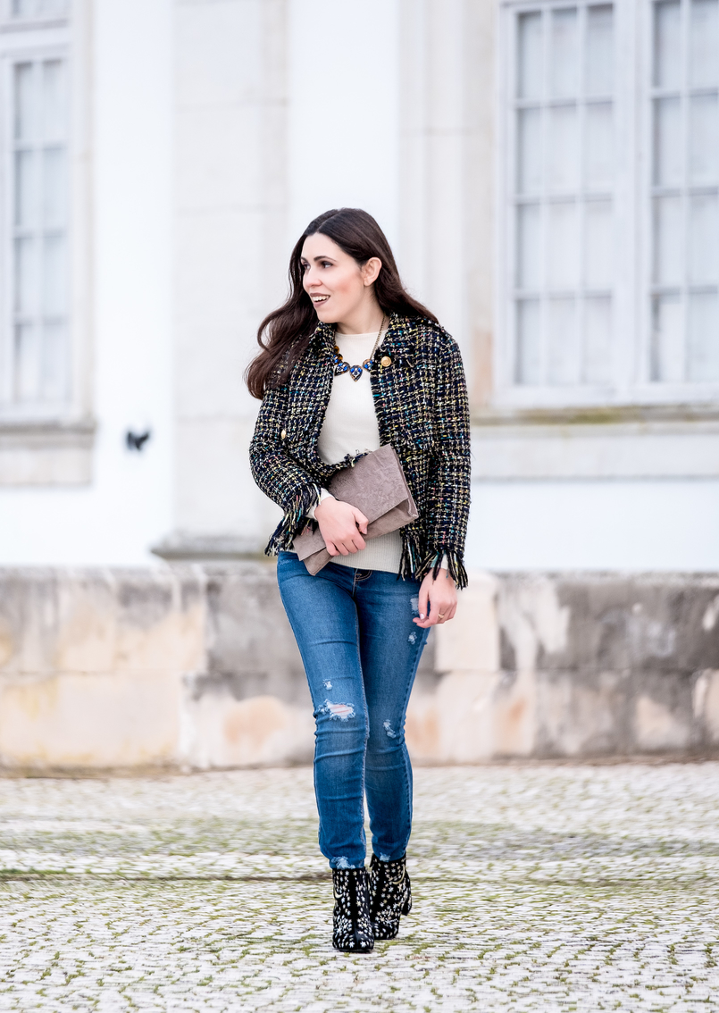 Le Fashionaire Why you need a tweed jacket tweed black gold buttons zara jacket cashmere white mango sweater stradivarius jeans brown bold mango necklace nude suede flowers clutch sfera 8686 EN 805x1134