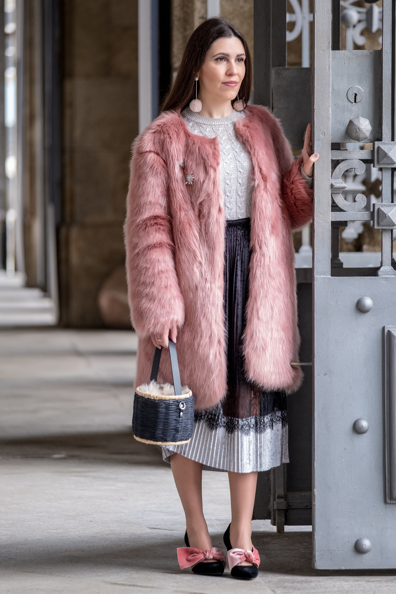 Le Fashionaire The 10€ shoes that make any outfit stand out velvet pink stradivarius heels faux fur pale pink coat crystal brooch mango cable knit silver metallic mango sweater pale pink pom pom mango earrings 8272 EN 805x1208