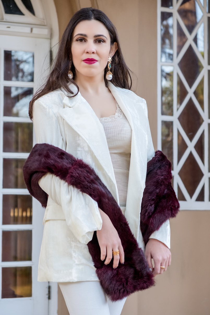 Le Fashionaire Two key pieces to wear in January white oversized velvet mango premium blazer lace nude intimissimi silk wool sweater gold ring evangelos jewellery 7300 EN 805x1208