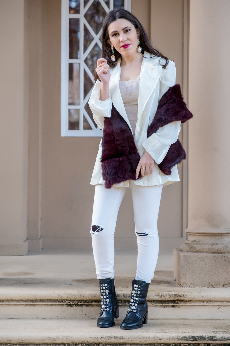 Le Fashionaire Two key pieces to wear in January white oversized velvet mango premium blazer white ripped mango jeans black leather white pearls zara ankle boots 7232 EN 805x1208
