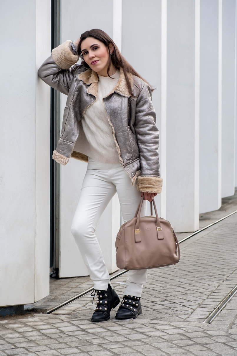 Le Fashionaire Are we too influenced by instagram? white zara trousers black leather white pearls zara boots leather nude furla twiggy bag gold white pearls accessorize bracelet 5468 EN 805x1208