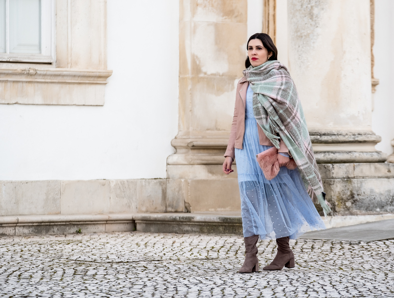 Le Fashionaire Mixing textures on winter baby blue organza dots maxi topshop dress big scarf chess tartan wool parfois faux fur pale pink stradivarius clutch 1854 EN 805x610