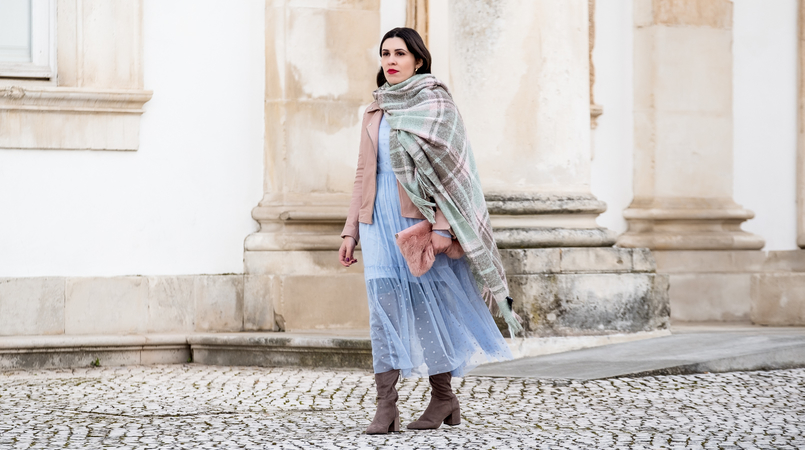 Le Fashionaire Mixing textures on winter baby blue organza dots maxi topshop dress big scarf chess tartan wool parfois faux fur pale pink stradivarius clutch 1854F EN 805x450