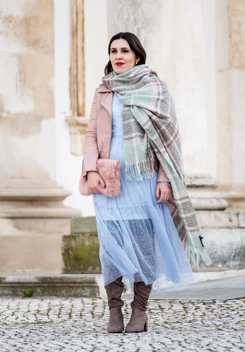 Le Fashionaire Mixing textures on winter baby blue organza dots maxi topshop dress motard pale pink leather jacket over knee gray suede beshka boots faux fur pale pink stradivarius clutch 1834 EN 805x1157