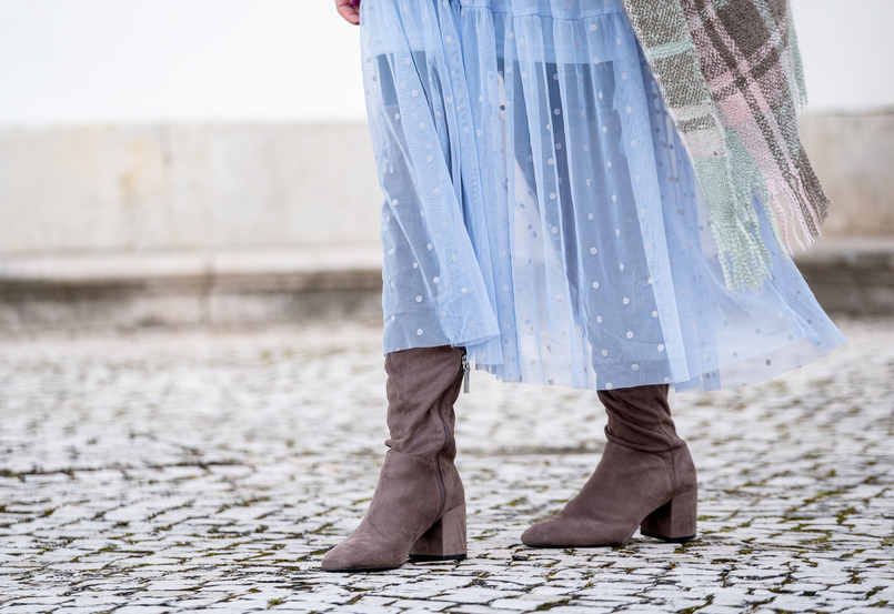 Le Fashionaire Mixing textures on winter baby blue organza dots maxi topshop dress over knee gray suede beshka boots 1867 EN 805x553