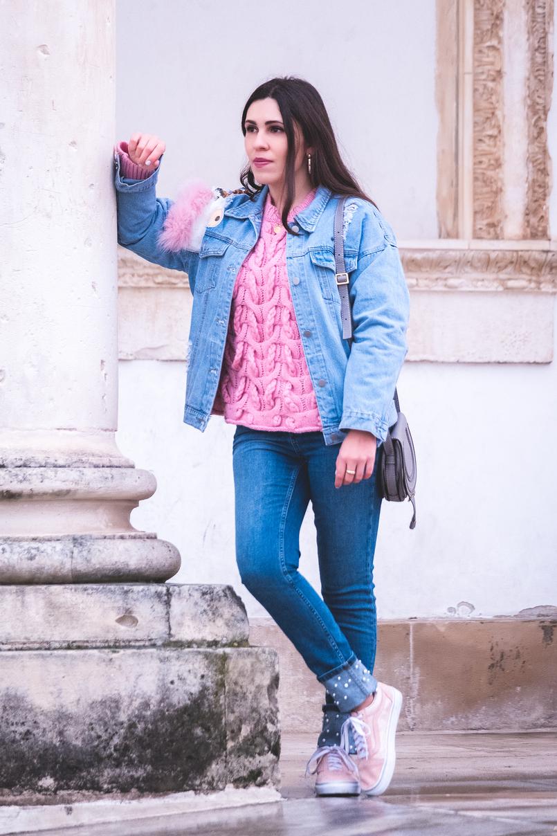 Le Fashionaire Como vestir a mesma peça de roupa de forma diferente camisola rosa la malha zara casaco ganga unicornio lantejoulas pelo rosa shein chloe cinzenta pele mini marcie tenis vans rosa camurca bolinhas douradas 0001 PT 805x1208
